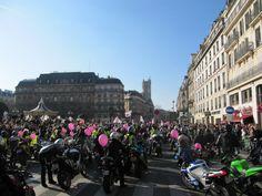 Hoy en París,TODAS en moto. Día internacional de la mujer  http://paris-infinito.com/dia-internacional-de-la-mujer-en-paris/