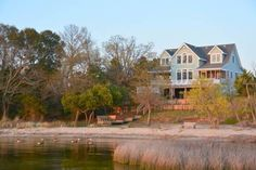 Bella Sound Duck (North Carolina) Bella Sound offers accommodation in Duck, 24 km from Nags Head. The property boasts views of the lake and is 11 km from Kitty Hawk.  A dishwasher, an oven and a microwave can be found in the kitchen. A TV is available.