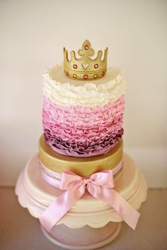 34 Royally Gorgeous Princess Birthday Cakes We Love Your little princess has a birthday coming up -- and we're sure she'll swoon over one of these amazing cakes! Pretty Cakes, Cute Cakes, Beautiful Cakes, Amazing Cakes, Cupcakes Princesas, Disney Princess Birthday Cakes, Princess Party, Princess Cakes, Princess Crowns
