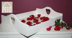 Taca drewniana biała z sercem  Taca może być świetnym prezentem dla młodych par, szczególnie planujących wspólne mieszkanie. Doskonale wkomponuje się w pomieszczeniach w stylu eco, rustykalnych jak również prowansalskich. Ręcznie malowana! Jedyna w swoim rodzaju