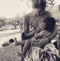 Doutzen Kroes et sa fille Myllena Mae http://www.vogue.fr/mode/mannequins/diaporama/les-mannequins-meres-qui-ont-des-filles-la-releve-des-tops/30696#doutzen-kroes-et-sa-fille-myllena-mae