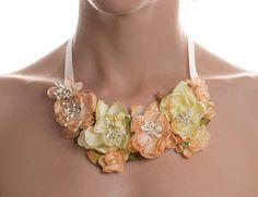 He encontrado este interesante anuncio de Etsy en https://www.etsy.com/es/listing/190090127/spring-roses-collar-babero-flores-de