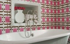 Обои могут стать ярким акцентом в дизайне ванной комнаты. Но насколько это решение будет практичным и удобным для хозяина? Стоит ли жертвовать функциональностью ради красоты – об этом читайте в статье