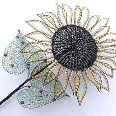 """Slunečnice Slunečnici jsem vyrobila ze železného žíhaného drátu a mačkaných korálků. Průměr květu je asi 34cm, na výšku měří 64cm. Výrobek je přihlášen doSoutěže krajůza tým region Čechy - střed. Tématem měsíce července/srpna je """"TAK JAKO SLUNEČNICE"""". Všechny výrobky tohoto týmu si můžete prohlédnoutzde."""