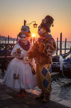 Die schönsten Bilder von Venedig.... Carnival Of Venice, Portrait, Italy, Venice, Engagement, Pretty Pictures, Nice Asses, Headshot Photography, Men Portrait