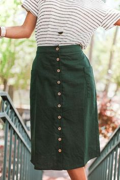 48 Midi Skirt Design Ideas That you Can Copy Right Now - Fashion - Jupe Modest Clothing, Modest Dresses, Modest Fashion, Skirt Outfits Modest, Casual Skirts, Midi Skirt Outfit Casual, Green Skirt Outfits, Green Skirts, Size Clothing