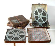 Rulli cinematografici originali di vecchi film su pellicola da 16 mm, contenuti in valigette di cartone pressato. #vintage #collezionismo #cinematografia