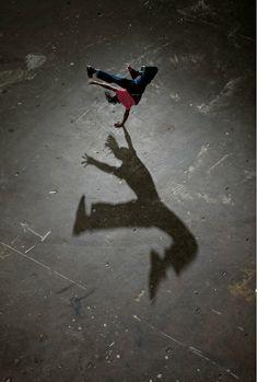 Kalender Inspiration: Schatten Photo by Joe McNally Shadow Art, Shadow Play, Long Shadow, Light And Shadow, Shadow Photography, Dance Photography, Hip Hop, Urban Dance, Shadow Silhouette