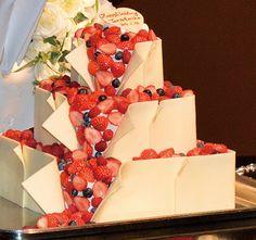 見ているだけでワクワク♪ こぼれ出すおいしそうなイチゴ Red Velvet Wedding Cake, Bling Wedding Cakes, Fresh Fruit Cake, Something Sweet, Cream Cake, Sweet Life, Wedding Images, Wedding Sets, How To Make Cake