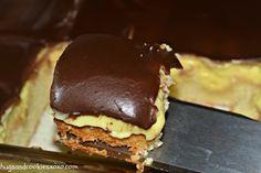 Boston Cream Pie Poke Cake torta  hecha en una pirex rectang.agujerear y cocolar 2 cajas de postre de vainilla preparado,bañar con ganache de chocolate
