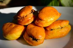 Des petites madeleines à la tapenade pour l'apéro! Ingrédients pour une vingtaine de mini madeleines 80 g de farine 2 œufs 1/2 sachet de levure chimique 5 cuillères à soupe d'huile de tournesol 15 g de gruyère râpé allégé 50g de tapenade d'olives noires...