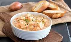 Ein schnelles und leckeres Gericht in nur 30 Minuten: Leckere Garnelen in einer cremigen Weißwein-Sauce, dazu passt ofenwarmes Baguette.