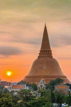 Phra pathom chedi (พระปฐมเจดีย์) The land of Suvarnabhumi King Mongkut. The thom this Chedi, Thailand Bangkok Travel, Bangkok Hotel, Thailand Travel, Beautiful Places To Visit, Wonderful Places, Great Places, Places To Go, Scuba Diving Thailand, Thailand Adventure