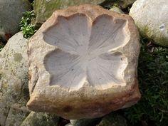 sierstenen bloem, hortensia, vogelbadje gemaakt van een zwerfkei