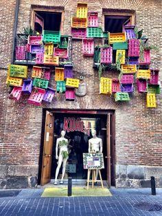 Arte callejero en el Barrio de las letras.  All the wonderful shops in Miss Advertising
