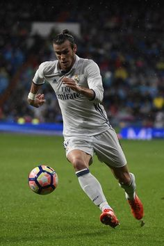 Real Madrid's Welsh forward Gareth Bale runs with the ball during the Spanish league football match between Real Madrid CF and Athletic Club Bilbao at the Santiago Bernabeu stadium in Madrid on October 23, 2016. / AFP / CURTO DE LA TORRE