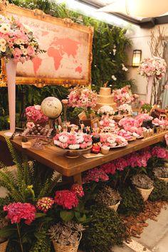 """Festa """"Viagem Volta ao Mundo"""" com todo charme do rosa antigo, dourado e muitas flores naturais #travelingparty #festavoltaaomundo #festaviagens #dicasafesta #decoracaopersonalizada"""