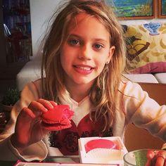 A boneca mais linda de Curitiba saboreando nossos deliciosos macarron tamanho G