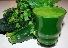 Super Green Detox Ingredients: 6 kale leaves (Tuscan cabbage) 2 large handfuls of parsley 1 large cucumber 2 celery sticks (plus leaves) 1 zucchini 1 lime Peel lime for a less bitter flavour. Wash all vegetables. Add produce through your juicer and enjoy! Healthy Smoothies, Healthy Drinks, Healthy Recipes, Zucchini, Cucumber Detox Water, Joe Cross, Detox Program, Super Greens, Alkaline Foods