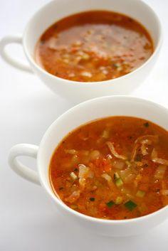 bereiden:Verwarm de oven voor op 220°C.Snijd 1 ui doormidden en leg deze samen met de tomaten, bleekselderij en knoflooktenen in een braadslee. Besprenkel de groenten met de balsamico azijn en 2 el olijfolie en schud even door elkaar. Rooster de groenten in het midden van de oven in ca. 20 min. beetgaar en laat ze gedeeltelijk afkoelen.  Snijd de 2 andere uien in dunne ringen. Verhit 2 el olijfolie in een grote soeppan en fruit hierin de uien en rozemarijn. Voeg de groentebouillon e...