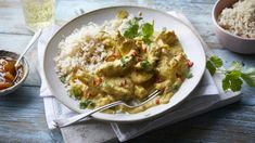 Mary Berry's easy chicken korma-style curry is mild enough for all the family to enjoy. Mary replaces the usual cream with yoghurt for a lighter, fresher skinless and boneless chicken breasts, sliced into thin strips Easy Chicken Fajitas, Easy Chicken Curry, Mary Berry Quick Chicken Curry, Healthy Chicken, Easy To Cook Meals, Quick Meals, Food Garnishes, Cooking Recipes, Bbc Recipes