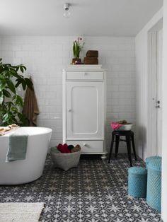 Inspireras av badrummet som har allt man kan drömma om. Modern komfort mixas med charmiga detaljer och ett vackert klinkergolv, vad mer kan man önska?