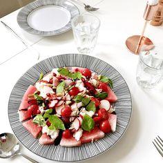 mozzarellasallad med vattenmelon och jordgubbar.