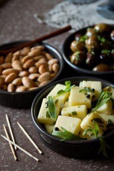 Espanjalaisia suolamanteleita, marinoitua juustoa ja oliiveja / Spanish salted almonds, marinated manchego and olives