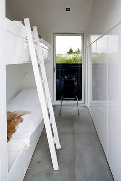 Hall doubles as bunk room Narrow Rooms, Small Rooms, Small Bathrooms, Compact Living, Tiny Living, Living Rooms, Mini Loft, Bunk Rooms, Bunk Beds