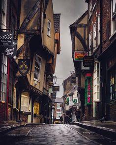 """Massimiliano Lazzi on Instagram: """"Per le vie di York Nessun'altra città del nord dell'Inghilterra ha quel sapore """"medievale"""" come questa, una città di straordinaria…"""" York Uk, Times Square, Travel, Instagram, Viajes, Destinations, Traveling, Trips"""