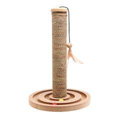 Rascador para gato con palo de sisal y juguete en el extremo. La base es redonda con un laberinto en su interior.