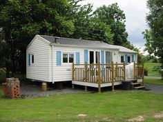 20 Fantastic Small Mobile Home Trailers for Best Moving Home Ideas - Home and Camper Small Mobile Homes, Mobile Homes For Sale, Container House Plans, Container House Design, Small Manufactured Homes, Movable House, Bank Owned Homes, Cabins For Sale, Clayton Homes