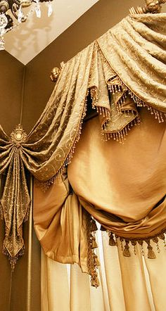 Ideia para cortinas numa loja mais teatral - formal layered valances with a lot of detail hung on small decorator rod Bay Window Curtains, Curtains And Draperies, Valances, Luxury Curtains, Gold Curtains, Hanging Curtains, Drapery Designs, Drapery Ideas, Pelmets