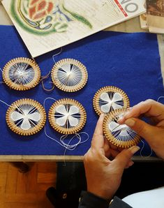 Fatima Gola's media content and analytics Tenerife, Macrame Patterns, Lace Patterns, Ribbon Embroidery Tutorial, Embroidery Designs, Crochet Dollies, Tambour Embroidery, Hairpin Lace, Diy Keychain