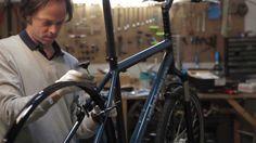 Montaje de la bicicleta Velotraum en Bicitecla, la tienda-taller de bicis en Barcelona
