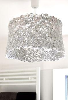 Selbstgemachter Lampenschirm zum Hängen. Die Hängelampe sieht wie ein Designerstück aus und besteht aus Papier. In Handarbeit werden die Papierstreifen gerollt und um das Gestell eines alten Lampenschirms geklebt. Tolles Ergebnis eines DIY Projekts