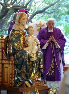 El Papa Benedicto XVI esta mañana 24 de marzo de 2012 en Colegio Miraflores en León, Guanajuato México oficiando misa privada.
