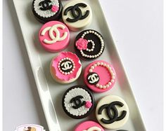 Items similar to Coco Chanel inspired chocolate covered Oreo's on Etsy Chanel Birthday Party, Chanel Party, Paletas Chocolate, Chocolate Covered Strawberries, Chanel Cookies, Chanel Cupcakes, Chocolate Covered Treats, Chocolate Dipped, Coco Chanel Cake