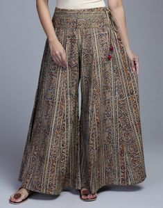 Women's Trendy Pants has never been so Great! Since the beginning of the year many girls were looking for our Pretty guide and it is finally got released. Now It Is Time To Take Action! Kurta Designs, Blouse Designs, Fashion Pants, Fashion Dresses, Plazzo Pants, Baggy Pants, Trousers, Mode Hijab, Pants Pattern