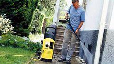 Mit Hochdruck werden Gehweg, Terrasse oder Hauswand im Handumdrehen wieder sauber. (Quelle: Kärcher/dpa/gms)