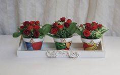 Lindo suporte com vasos decoados com chita para alegrar sua casa! Pode ser utilizado para decorar qualquer espaço da sua casa com muito charme!  Suporte em mdf na cor branca com pátina ouro e aplique de arabesco em resina pintada. O suporte possui dois furos para pendurar na parede. Com 3 mini vasos em cerâmica pintados e decorados com chita, apliques de rosa em resina e pátina ouro. Envernizados. Com arranjos de mini rosas montados com argila e musgo.  Medidas do suporte: 30C x 10L x 8,5A…