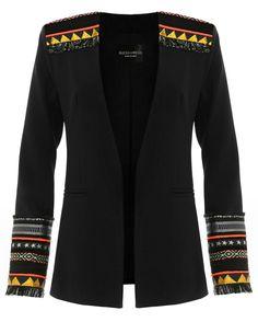 Esta chaqueta ligera sin solapa se convertirá rápidamente en un comodín en tu armario. El largo de estilo masculino, y los detalles étnicos en hombros y puños marcan el toque exótico de un blazer convertido en un clásico. Color negro Puños y hombros adornados con fornituras étnicas Sin solapa Hombreras básicas Bolsillos de vivo Forrada completamente 100% …