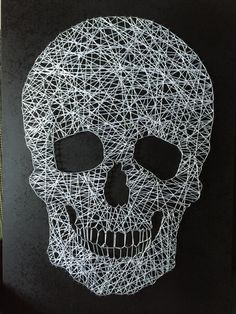 String art skull 2x4 Crafts, Diy Crafts For Gifts, Diy Arts And Crafts, Skull Crafts, Nail String Art, Friend Crafts, String Art Patterns, Diy Presents, Pin Art
