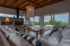 #Living #Casa | En un contexto tranquilo y agreste, una vivienda que logra capturar la esencia de una casa de verano, privilegiando las vistas al mar desde todos sus rincones y promoviendo un modo de habitar sin límites de espacios. #Proyecto: De Jauregui Salas Arquitectos