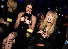 Aaayh işte böyle ya… Bir haftaya da adam gibi, gözümüz gönlümüz açılmış olarak başlayalım artık. Bıktık artık çirkin çirkin giyinen kadınları, kendimiz de çirkinleşmeden seviyeyi düşürmeden efendi efendi eleştirmeye çalışmaktan. Piremses yerlerim ağrıyor artık. Efendim, malumunuz 9 Nisan 2016 gecesi California'daki Warner Bros Studios'ta gerçekleşen MTV Movie Awards, Kırmızı Halı'sıyla her zaman kafa karıştıran […]
