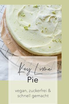Roh-veganer Käsekuchen mit Limetten-Avocado-Füllung: Dieser Key Lime Pie ist der Oberknaller! Schnell gemacht und ein kleines Stück macht schon glücklich :) #glutenfrei #vegan #zuckerfrei | schuesselglueck.de