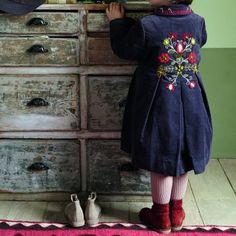 Broder un manteau pour fillette de fleurs folkloriques / A coat embroidered with flowers