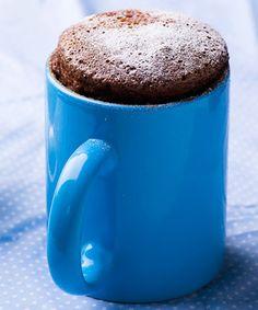 Bolo de caneca, uma delícia de chocolate, que fica pronta em 15 minutos.