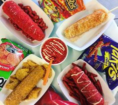 People Are Waiting in Line For Hours to Get Flamin' Hot Cheetos Elote - Yummiii ✿ - Whether you're a huge fan of Mexican food or you just occasionally like to indulge in some chips - Mexican Snacks, Mexican Food Recipes, Snack Recipes, Food Truck Menu, Sleepover Food, Mexican Street Food, Junk Food Snacks, Food Goals, Food Cravings