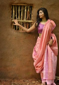 This contemporary collection of bright and colorful single cotton saris is… Indian Photoshoot, Saree Photoshoot, Photoshoot Style, Indian Beauty Saree, Indian Sarees, Bengali Saree, Girl Photography, Fashion Photography, Indian Attire